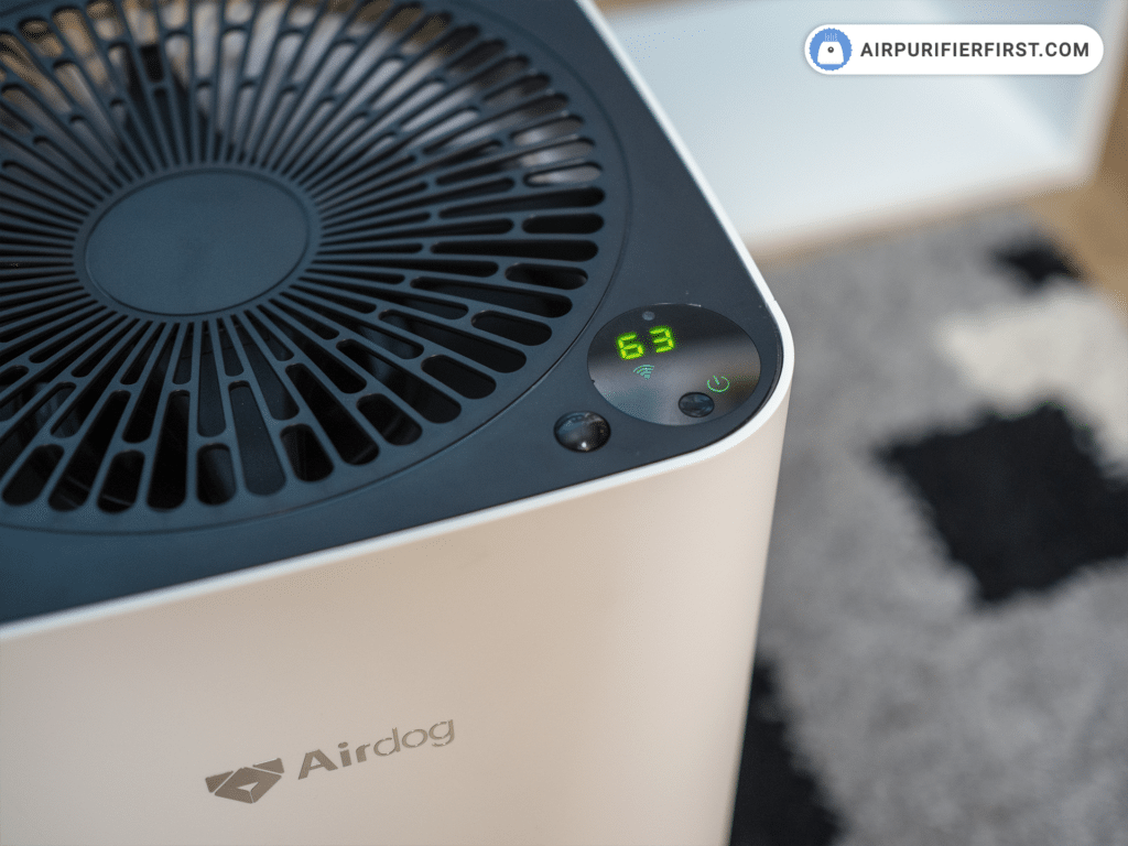 Display on the Airdog X3 air purifier that shows air quality index in a room.